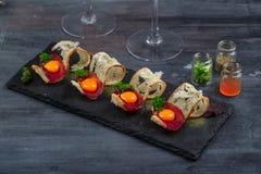 开胃菜用有壳的面包、bresaola、乳酪和卵黄质在石背景 库存图片