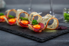 开胃菜用有壳的面包、bresaola、乳酪和卵黄质在石背景 免版税库存照片