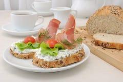 开胃菜用火腿和乳清干酪 免版税库存照片