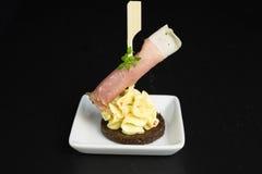 开胃菜用火腿和乳脂干酪 免版税库存图片