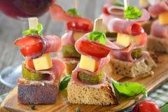 开胃菜用烟肉和乳酪 免版税图库摄影