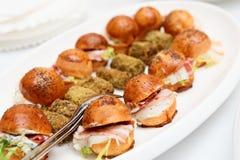 开胃菜用烟肉和小小圆面包 库存图片