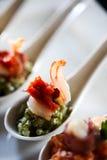 开胃菜用烟肉和pesto在匙子 免版税库存图片