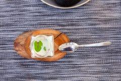 开胃菜用牛乳气酒调味汁和乌贼面包 免版税图库摄影
