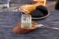 开胃菜用牛乳气酒调味汁和乌贼面包 免版税库存照片