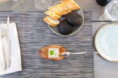 开胃菜用牛乳气酒调味汁和乌贼面包 免版税库存图片