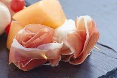 开胃菜用瓜、乳酪和火腿 库存照片