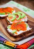 开胃菜用红色鱼子酱,鲕梨,三文鱼和creamcheese 库存图片