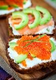 开胃菜用红色鱼子酱,鲕梨,三文鱼和creamcheese 免版税库存照片
