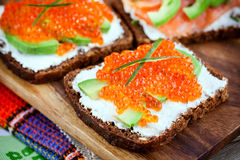 开胃菜用红色鱼子酱,鲕梨,三文鱼和creamcheese 库存照片