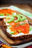 开胃菜用红色鱼子酱,鲕梨,三文鱼和creamcheese 免版税库存图片