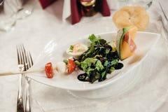 开胃菜用莴苣、瓜和火腿 库存图片
