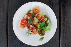 开胃菜用西红柿和熏制的鸭子内圆角 免版税库存图片