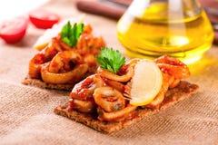 开胃菜用辣蕃茄乌贼和柠檬在多士 免版税图库摄影