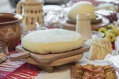 开胃菜用酸奶干酪、家制面包和肉卷sl 库存照片