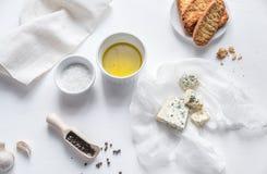 开胃菜用青纹干酪和油煎方型小面包片 库存图片
