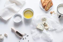 开胃菜用青纹干酪和油煎方型小面包片 库存照片