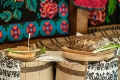 开胃菜用香肠、猪肉火腿和葱 库存图片