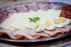 开胃菜用鸡蛋、乳酪和切的香肠和肉 免版税库存图片
