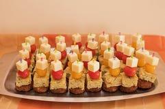 开胃菜用素食者汉堡、土豆omelett、蕃茄和chees 免版税图库摄影