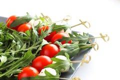 开胃菜用mozarella蕃茄和芝麻菜 库存照片