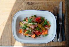 开胃菜由烤牛肉和菜做成 图库摄影