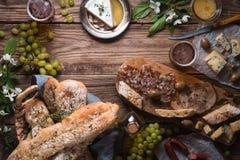 开胃菜的分类在水平木的背景的 库存照片