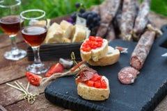 开胃菜的自创干,熏制的香肠或一顿可口膳食-有机肉 库存照片