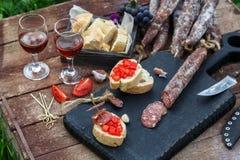 开胃菜的自创干,熏制的香肠或一顿可口膳食-有机肉 免版税图库摄影