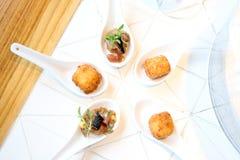 开胃菜的金枪鱼鞑靼和辣cheeseballs 库存图片