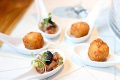 开胃菜的金枪鱼鞑靼和辣cheeseballs 免版税库存图片