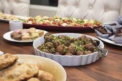 开胃菜盘用丸子, empanadas, macarrons,蕃茄 免版税库存照片