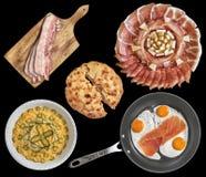 开胃菜盘用奥利维尔沙拉和煎蛋用在黑背景和被发酵的小面包干隔绝的烟肉更卤莽 免版税库存图片