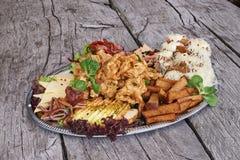 开胃菜盛肉盘在木桌上的 免版税库存照片