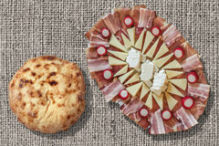 开胃菜美味盘和小面包干皮塔大面包集合粗糙的被漂白的黄麻帆布难看的东西表面上 库存照片