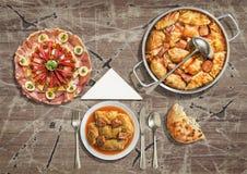 开胃菜美味盘和被充塞的泡菜劳斯服务与在难看的东西老庭院表上的被发酵的小面包干 免版税库存照片