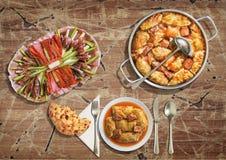 开胃菜美味盘和被充塞的泡菜劳斯服务与在难看的东西老庭院表上的被发酵的小面包干 库存图片