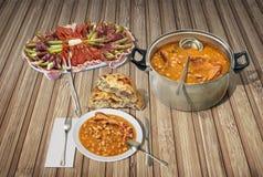 开胃菜美味盘和豆烘烤了与熏制的猪排供食与在土气木位置字块的被发酵的小面包干 免版税库存照片