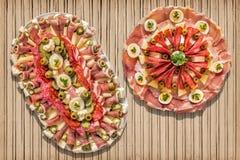开胃菜美味盘在土气竹位置字块设置的Meze 免版税库存照片