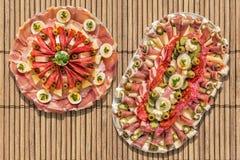 开胃菜美味盘在土气竹位置字块设置的Meze 免版税图库摄影