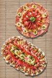 开胃菜美味盘在土气竹位置字块设置的Meze 免版税库存图片