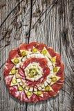 开胃菜美味盘在老破裂的木庭院表上设置的Meze 免版税库存图片