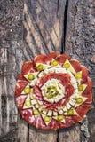 开胃菜美味盘在老破裂的木庭院表上设置的Meze 库存照片