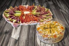 开胃菜美味盘用在老破裂的片状木庭院表上设置的奥利维尔沙拉 库存图片