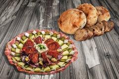 开胃菜美味盘用老破裂的庭院表难看的东西表面上和缺一不可的长方形宝石切片设置的皮塔饼面包 库存照片