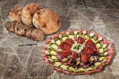 开胃菜美味盘用老破裂的庭院表难看的东西表面上和缺一不可的长方形宝石切片设置的皮塔饼面包 免版税库存图片