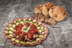 开胃菜美味盘用老破裂的庭院表难看的东西表面上和缺一不可的长方形宝石切片设置的皮塔饼面包 库存图片