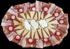 开胃菜美味盘用萝卜红色电灯泡装饰的Meze隔绝在黑背景 库存图片