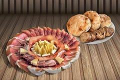 开胃菜美味盘用被发酵的皮塔小面包干大面包和在土气竹位置字块设置的长方形宝石切片 免版税库存照片