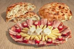 开胃菜美味盘Meze和在镶边布朗牛皮纸背景设置的被发酵的皮塔小面包干大面包 图库摄影